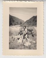 NV /   Couple Avec MOTO  Ancienne Sur La Route Entre EVIAN Et CHAMONIX  1953 - Automobili
