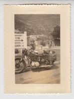 NV /   Femme  Avec MOTO  Ancienne ( 500 BSA )  1956  MONT- LOUIS - Cars