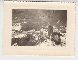 NV /   Femme Bloquée  Dans La Neige à La Montagne  VESPA  , SCOOTER ,   1960 - Cars