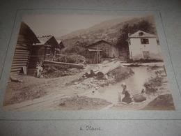 RARE LOT DE 2  PHOTOS  1888 Switzerland SUISSE  GR Grisons  ILANZ VILLAGE LAVOIR LAVEUSE  ET VALENDAS FONTAINE - Antiche (ante 1900)