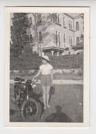 NV /   Photo FEMME Avec MOTO Ancienne  à VENISE  ( île Du LIDO )   1957 - Cars