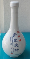 Bouteille Chinoise En Céramique Et Son Bouchon, Contenait Alcool à 45° - Andere Flessen