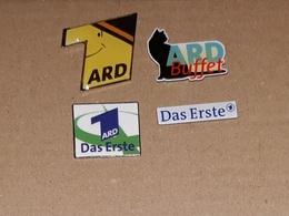 Lot De 4 Pin's Média Allemagne / TV ARD - Medias