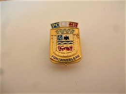 PINS PINS POLICE NATIONALE FONTAINEBLEAU BLASON / Doré / 33NAT - Police