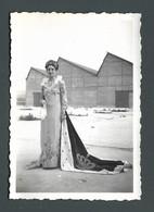 Photo Ancienne Snapshot Une Femme Woman Avec Sa Robe Et Sa Couronne Tiare De MISS Longue Cape - Personas Anónimos