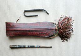 Ancienne Pipe En Métal Et Son étui En Cuir - Afrique - Sonstige