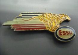 Pin's ESSO Le Tigre Dans Le Moteur @ 32 Mm X 14 Mm - Carburants