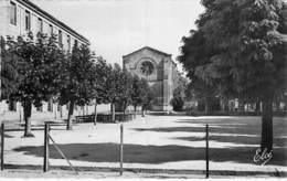33 - BLAYE : La Cours Du Collège De Garçons ( Ecole ) - CPSM Dentelée Noir Blanc Format CPA - Gironde - Blaye