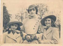 Snapshot Femme élégante Et Deux Filles Gants Chapeaux 1930 Vintage France Girls - Personnes Anonymes