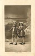 ENFANTS - FILLETTES - LITTLE GIRL - MAEDCHEN -  CHILDREN - PATINS A GLACE - Enfants