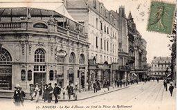 Angers Très Animée La Rue D'Alsace Au Fond La Place Du Ralliement Commerces Salons Lamoureux Tabac - Angers