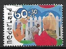 PAYS - BAS       -    1991 .   Y&T  N° 1387 Oblitéré.  Enfants Jouant à La Poupée - 1980-... (Beatrix)