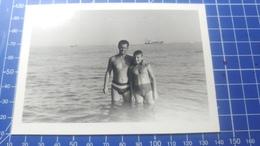 B&W Amateur Photo Boy Man On The Beach - Anonyme Personen