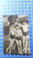 B&W Amateur Photo Boys Man Beach - Anonyme Personen