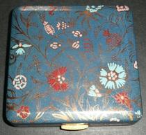 Rare Ancien Poudrier En Métal Laqué, Miroir De Poche, Sac à Main, Poudre Fond Teint, Décor Fleur De Pissenlit - Accessoires