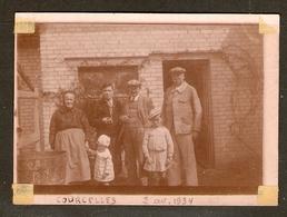 PHOTO ORIGINALE 2 AVRIL 1934 - UNE FAMILLE DEVANT UNE MAISON à COURCELLES OISE (60) - Lieux