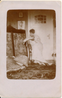 Ancienne Photo : Jeune Femme Prenant La Pose, Minaudant, Assise Sur Une Chaise, Robe, Coussins, Paravent, Tapis - Personas Anónimos