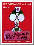 """SUPER PIN'S MEDICAL-HOPITAL : """"LES SOIGNANTS SONT LAS """" Email Base Noire + Vernis Format 2,5X2cm Hommage - Médical"""