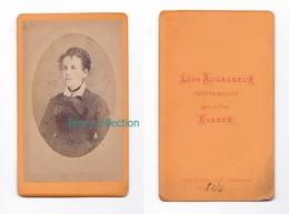 Photo Cdv D'une Jeune Femme à La Belle Coiffure Tressée, Photographe Léon Augagneur, Roanne, Circa 1875 - Photos