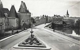 La Flèche (Sarthe) - Hôtel De Ville Et Le Pont Sur Le Loin - Edition Artaud - Carte Gaby N° 2 - La Fleche