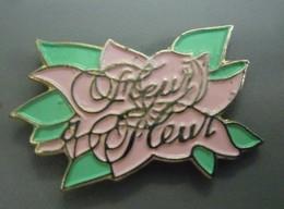 Pin's PARFUM FLEUR A FLEUR De 1982 (bouquet De Fleurs Blanches: Seringa, Chèvrefeuille, Magnolia, Tiaré @ 30 Mm X 18 Mm - Parfums