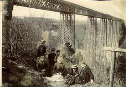 FRIBOURG Superbe Photo Ancienne Vers1900-1910 (18 X 12) En Famille Au Pont De La Grande FEY Ts De Colle Au Verso) - Places