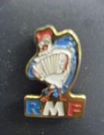 Pin's COQ RMF ACCORDEON Musique à Chateauneuf Sur Loire (45) Radio Média France En 1984 Repris En 1998 Par FORUM - Musique