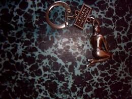 Porte Clefs  Publicitaire En Metal Pin Up Marque Ondine Cansiaux Letard - Porte-clefs