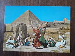 L21/877 Egypte. The Reda Folkloric Troup In The Pyramids Of Giza - Caïro