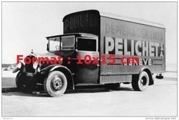 Reproduction D'une Photographie D'un Camion Saurer Pelichet Déménagements Genève De 1935 - Repro's