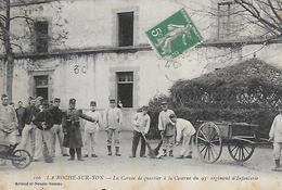 85)   LA ROCHE SUR YON  - La Corvée Du Quartier à La Caserne Du 93 E Régiment D' Infanterie - La Roche Sur Yon