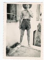 Homme Man Short été Summer ESPADRILLE Hat Chapeau SNAPSHOT Baguette Cadrage Out Of Frame Legs Jambe Sexy - Persone Anonimi