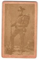 Fotografie Gustav Karsch, Dresden-Neustadt, Portrait Sächs. Jäger Mit Marschgepäck - Oorlog, Militair