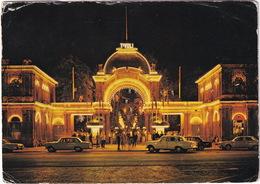Kobenhavn: 2x MERCEDES W110/111 TAXI, PLYMOUTH TAXI - The Entrance To Tivoli At Night - PKW