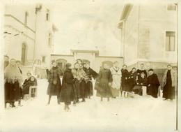 FRIBOURG Superbe Photo Ancienne Vers1900-1910 (18x12) Pensionnat J. D'Arc Dans La Cour Avec Neige (voir Commentaire) - Lugares