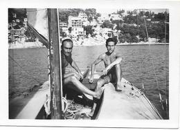 PHOTO - Deux Hommes En Maillot De Bain Sur Bateau à Voile - FT 9 X 6 Cm - Personnes Anonymes