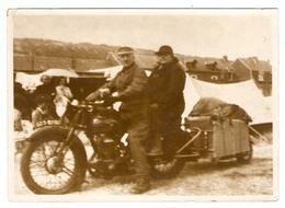 PHOTO ORIGINALE 13 X 18 Cm AOUT 1955 - COUPLE Sur Une VIELLE MOTO Avec Une REMORQUE - TENTE CAMPING - Other