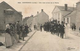 45 ESCRENNES  UNE NOCE SORTANT DE LA MAIRIE Le 2 JUILLET 1915  CORTEGE DES INVITES DERRIERE LA MARIEE ET SON MARI - Altri Comuni