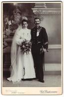 Fotografie Rob. Biedermann, Wels, Portrait K.u.k. Soldat Mit Pickelhaube Und Braut, Hochzeit In Uniform - Guerra, Militari