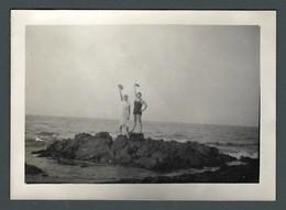 Photo Ancienne Deux Baigneuses En Maillot De Bains Grimpées Sur Un Rocher De QUIMIAC (44) Dans Les Années 30 - Personas Anónimos