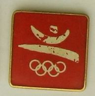 C346 Pin's Jeux Olympiques Olympic Games JO  BARCELONE Barcelona LOGO Rectangle BLANC Fond ROUGE ACHAT IMMEDIAT - Olympic Games