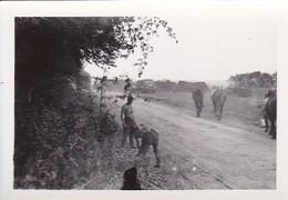 Foto Deutsche Soldaten Bei Lagerplatz - Pferde Autos Lastwagen - 2. WK 8*5,5cm (42264) - Krieg, Militär