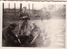 Foto Deutsche Soldaten Bei Bau Einer Sprengfalle (?) - Biewack - 1941 - 8*5,5cm (42265) - Krieg, Militär
