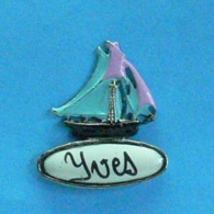 1 PIN'S //  ** JOLI VOILIER ÉMAILLÉ / YVES ** - Boats