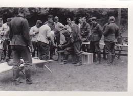 Foto Deutsche Soldaten Bei Handwerksarbeiten  - 2. WK - 8*5,5cm (42266) - Krieg, Militär