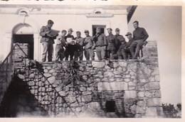 Foto Gruppe Deutsche Soldaten Auf Veranda - 2. WK - 8,5*5,5cm (42270) - Krieg, Militär