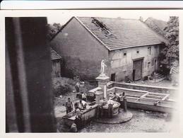 Foto Gruppe Deutsche Soldaten Bei Morgentoilette Am Dorfbrunnen Mit Heiligenstatue - 2. WK - 8*5,5cm (42271) - Krieg, Militär