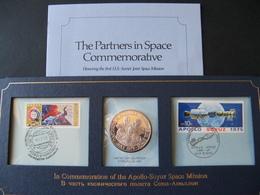 Enveloppe Timbres P.J. & Médaille En Argent Commémorative Rencontre Apollo Soyuz Juillet 1975 Sur Présentoir Cartonné - Oggetti 'Ricordo Di'