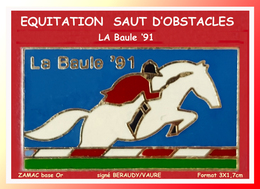 SUPER PIN'S CHEVAL, EQUITATION : SAUT D'OBSTACLE à La BAULE En 91, Zamac Base Or Signé BERAUDY, 3X1,7cm - Animales