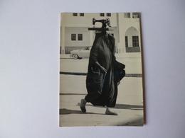 Femme Du Koweil Avec Machine A Coudre Sur La Tete ( Photo Jean Philippe Charbonnier ) Edit A Gaillard - Illustrators & Photographers